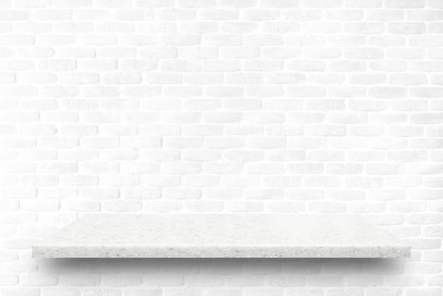 Étagère en pierre sur fond de mur de briques blanches