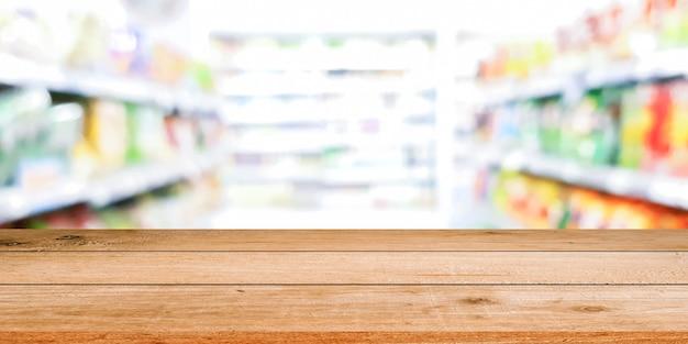Étagère de supermarché floue avec panneau en bois de couleur marron