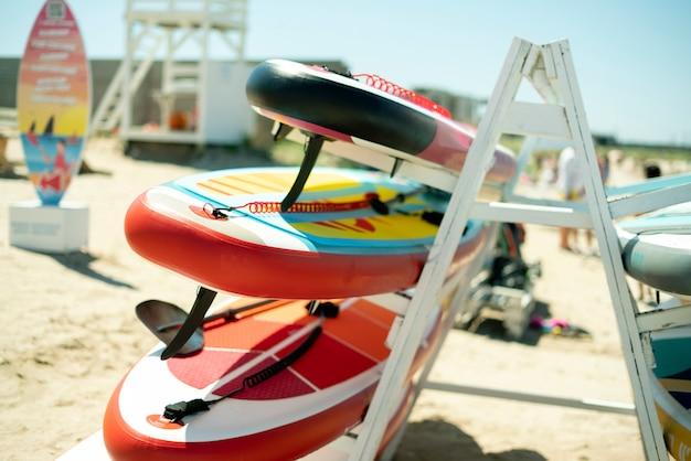 Une étagère de support de planche de surf sup sur le concept de vacances de la côte de la mer