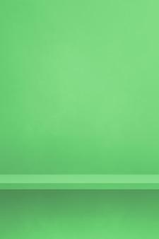 Étagère vide sur un mur végétal. scène de modèle d'arrière-plan. toile de fond verticale