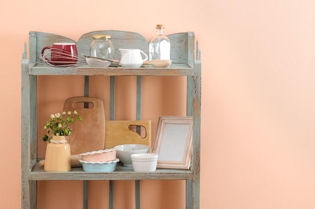Étagère vintage avec ustensiles de cuisine en arrière-plan du mur pêche. étagère ancienne. intérieur