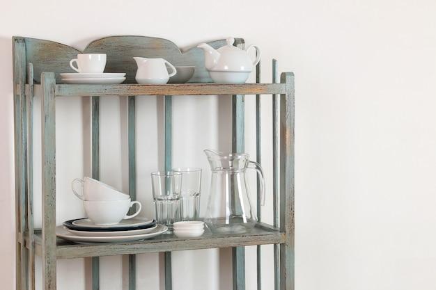 Étagère vintage avec ustensiles de cuisine sur fond de mur blanc. étagère ancienne. intérieur