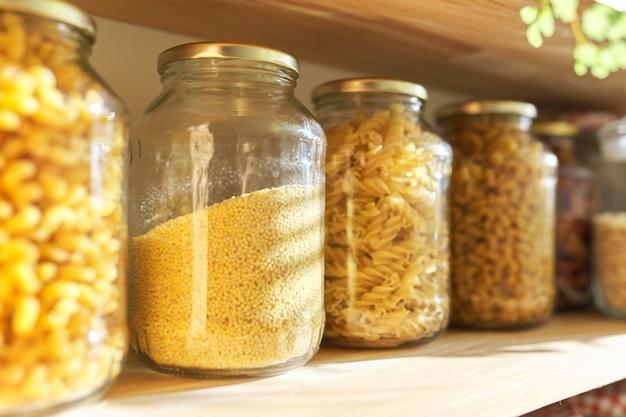 Étagères en bois dans le garde-manger pour le stockage des aliments, produits céréaliers dans des bocaux de stockage.