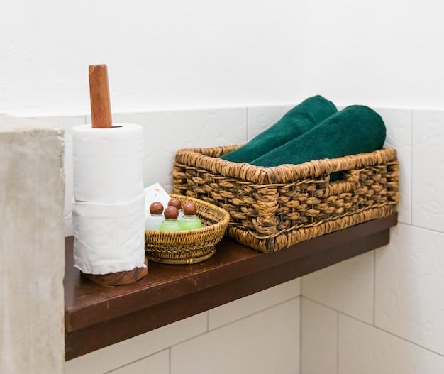 Étagères en bois dans la salle de bain