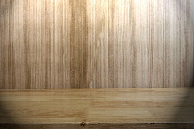 Étagères en bois et fond de mur en bois vides pour l'affichage des produits sur place. focale sélective