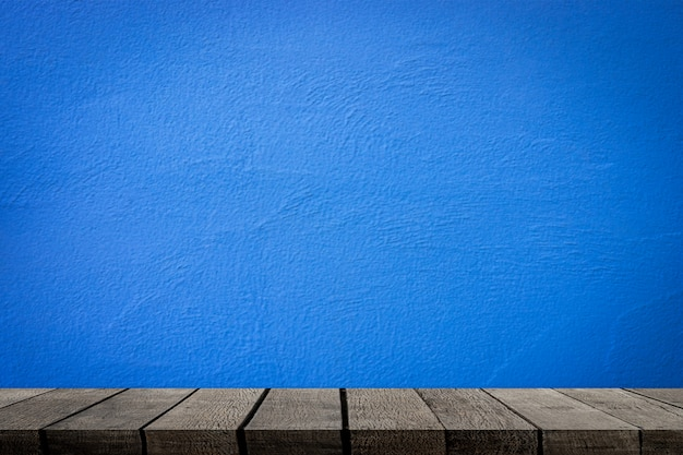 Étagères en bois vides avec mur de ciment bleu pour l'affichage des produits