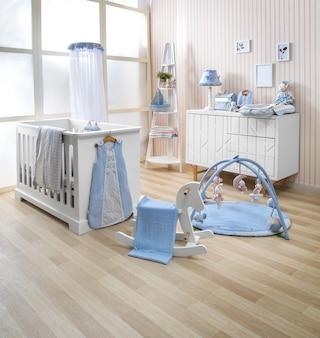 Étagères avec cintre dans la chambre de bébé moderne