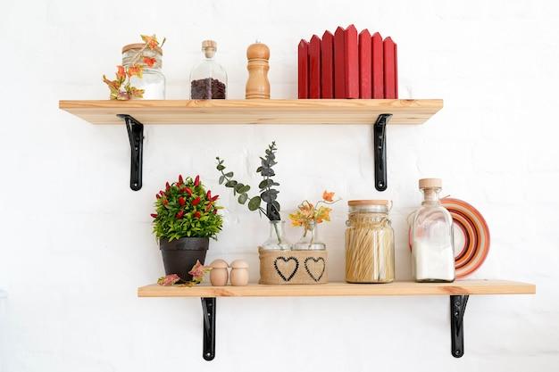 Étagères de cuisine avec des épices, intérieur blanc d'automne