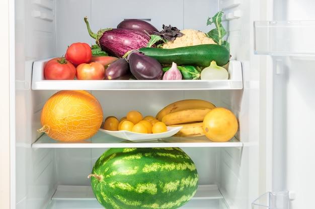 Étagères dans le réfrigérateur avec des légumes et des fruits