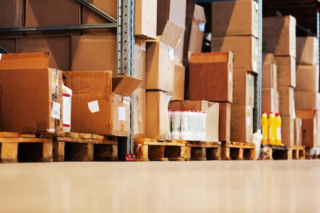 Étagères d'entrepôt modernes avec tas de boîtes en carton