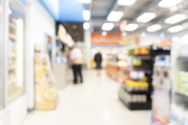 Étagères floues dans un supermarché