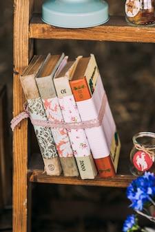 Étagères de livres vintage avec des livres