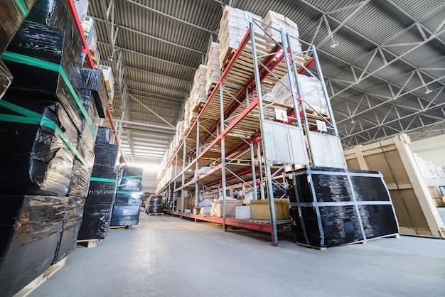 Étagères longues avec une variété de boîtes et de conteneurs.
