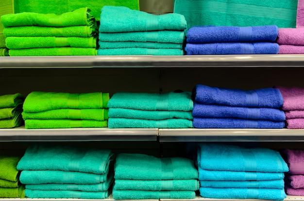 Étagères avec des serviettes colorées.