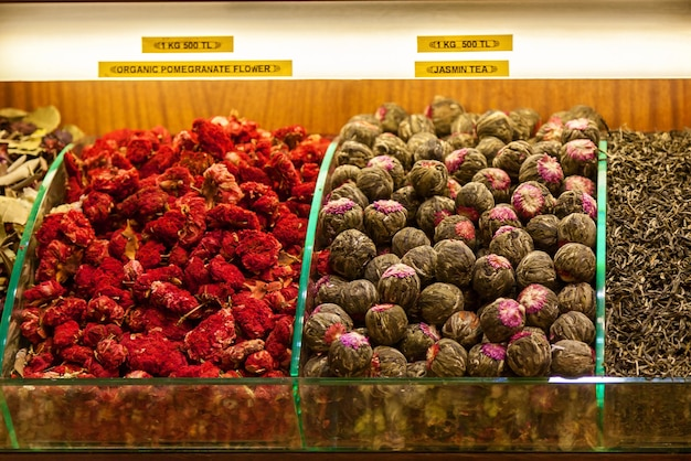 Des étagères de variétés de thé et d'épices vendues au marché aux épices d'istanbul dans des tons de couleur en sourdine