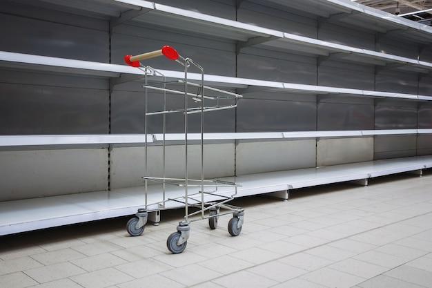 Étagères vides dans le supermarché, espace de copie