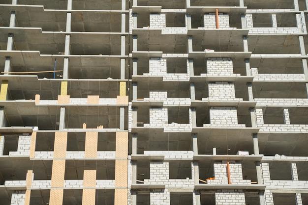 Étages du bâtiment inachevé. construction incomplète d'un bâtiment à plusieurs étages. développement