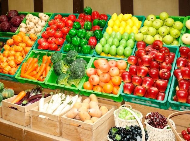 Étal de fruits et légumes sur le marché
