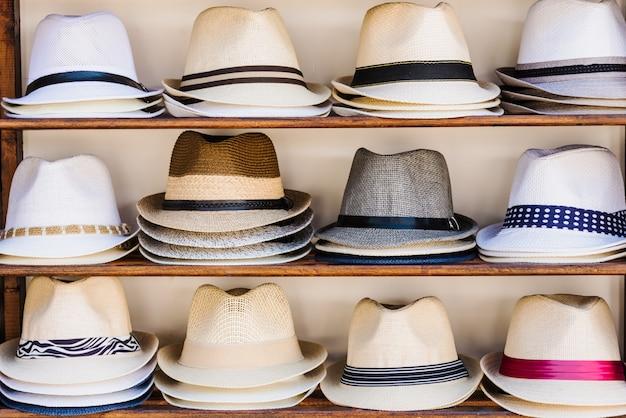 Étal de marché ouvert avec des chapeaux de paille d'été à sozopol, bulgarie