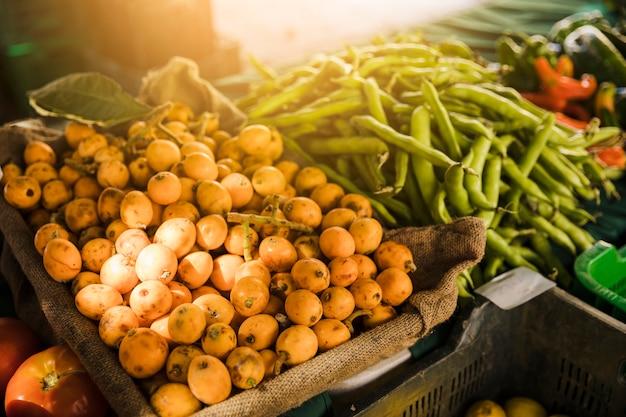 Étal de marché avec une variété de légumes biologiques
