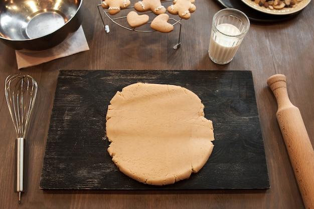 Étaler la pâte sur la vue de dessus de table noire