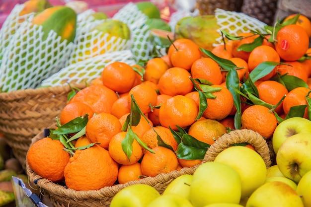 Étals de marché avec des légumes et des fruits. mise au point sélective.