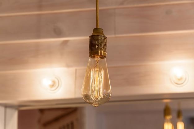 Étals de rue décorés de lampe vintage. décoration d'éclairage vintage pour restaurant
