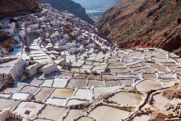 Les étangs de sel de maras situés à l'urubamba, pérou