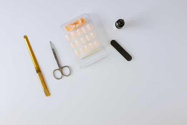Étape de manucure sur le collage des ongles au salon de beauté.