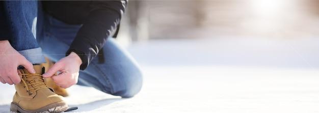 Étapes le long du chemin enneigé. un homme marche dans le parc en hiver.