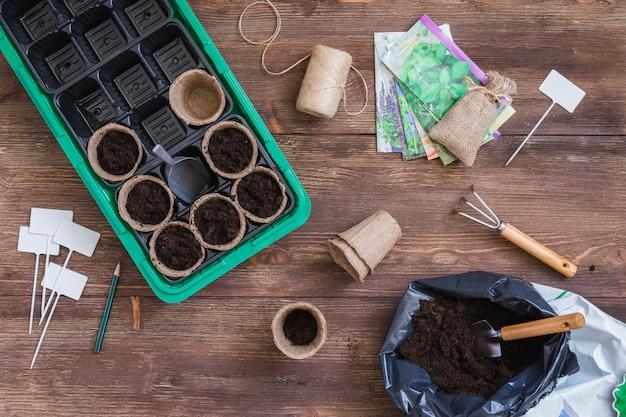 Étapes de la plantation des graines, de la préparation, du remplissage des pots organiques avec de la terre