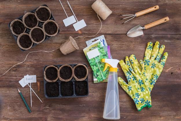 Étapes de la plantation des graines, préparation, outils et ustensiles de jardinier, gants colorés, pots organiques