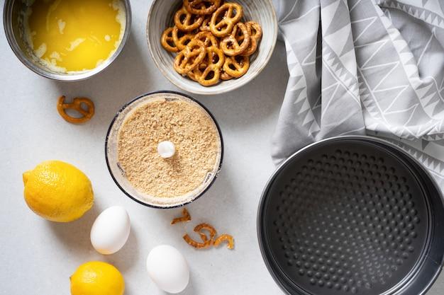 Étapes pour faire une simple tarte au citron avec des craquelins et une garniture à la crème.