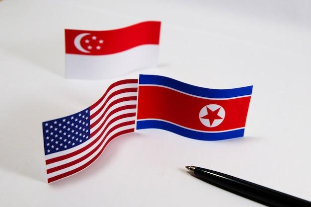Les etats-unis et la corée du nord avec des drapeaux de singapour se réunissent pour réduire le développement nucléaire
