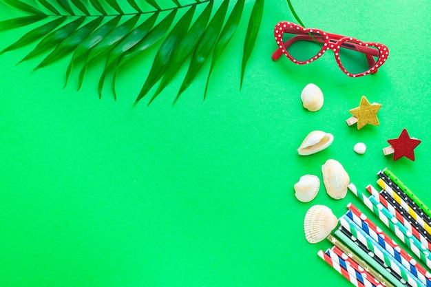 Été arrière-plan humeur tropical feuille lunettes de soleil coquillages accessoires voyage vacances