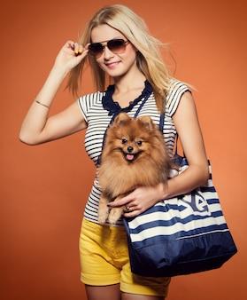 Été. belle blonde avec chien