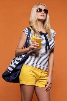 Été. belle blonde avec du jus