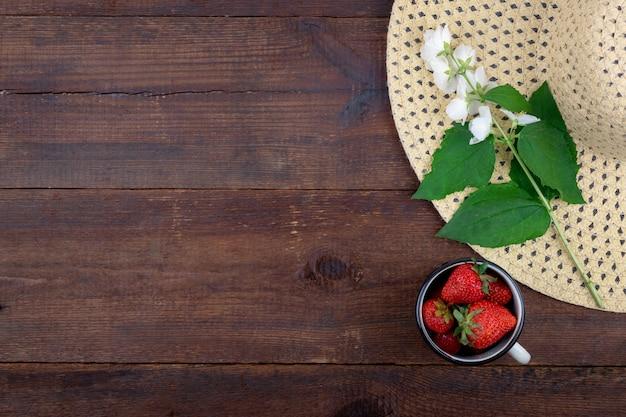 Été avec chapeau de paille, fraises