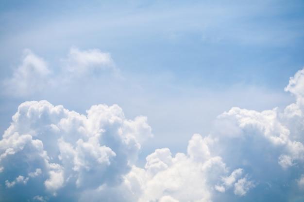 Été ciel bleu doux nuage blanc énorme tas nuage soleil