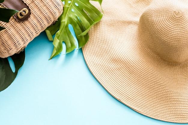 Été coloré avec noix de coco et chapeau de plage