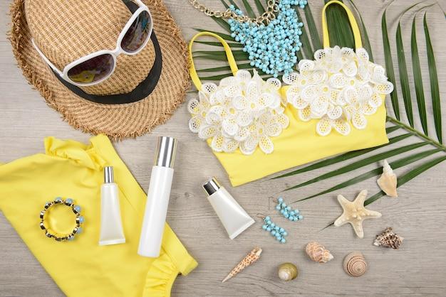 Été et crème solaire, produit de beauté pour soins de la peau et accessoires pour femmes.