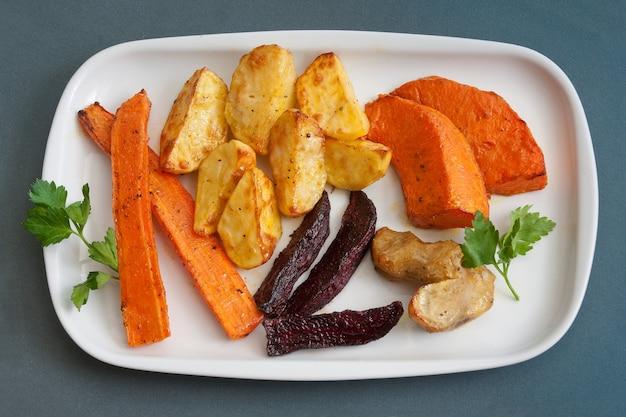 Été délicieuse nourriture saine, pique-nique légumes grillés.