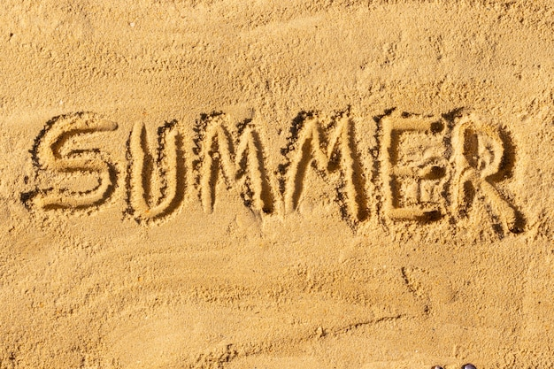 Été écrit dans le sable, concept de vacances à la plage.