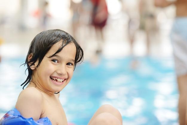 L'été heureux sur la piscine