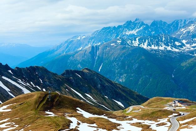 Été, juin montagne des alpes et route sinueuse, vue depuis la haute route alpine du grossglockner.