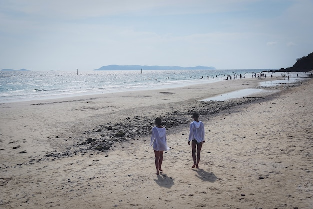 L'été sur la plage avec des touristes sur l'île des femmes marchant sur la plage