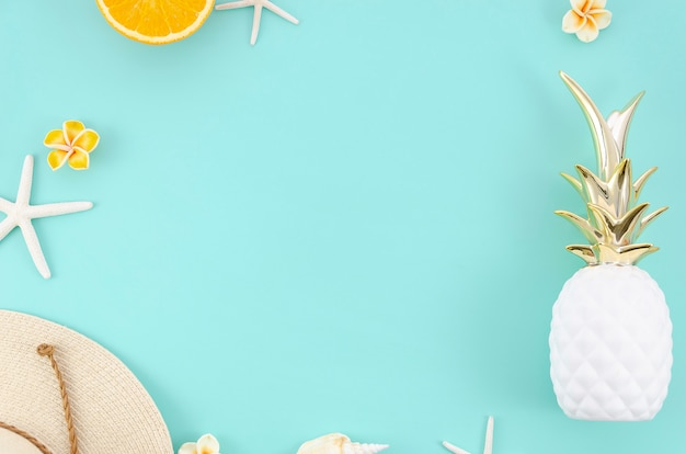 Été plat cadre d'été avec des oranges, un chapeau et des ananas. vue de dessus