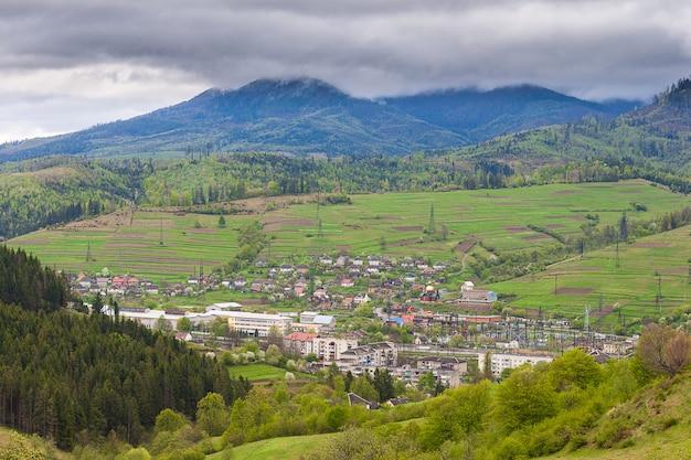 Été, printemps tempête paysage de montagne avant la pluie. carpates