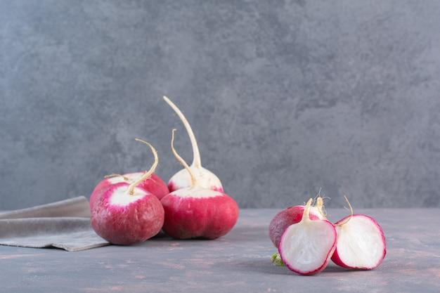 Été récolté des radis frais rouges sur fond de pierre.