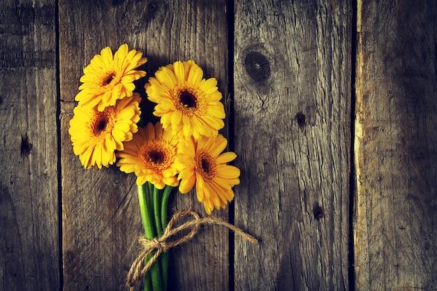 Été tas jaune vif fleur de fond